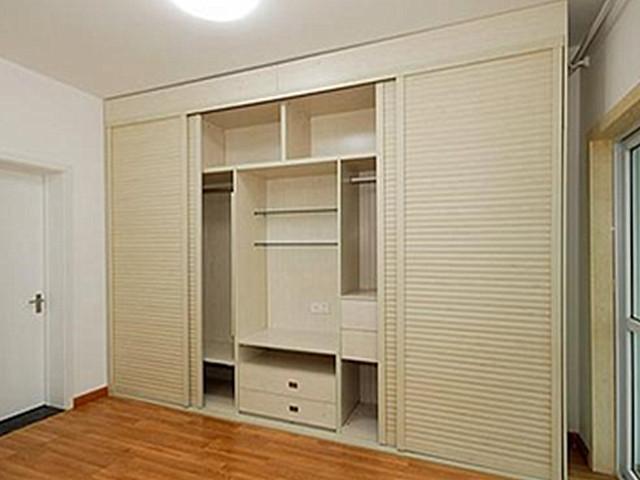 【地板护理】是先刮腻子还是先安装定制衣柜
